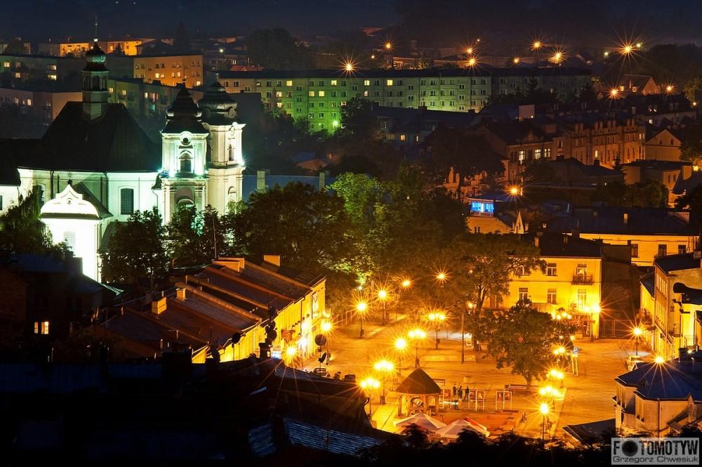 Zdjęcie nocne Placu Łuczkowskiego w Chełmie.