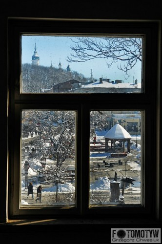 Zimowy Chełm w oknie - zdjęcie