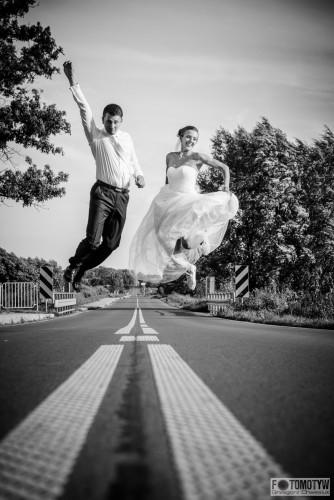 Fotografia pary młodej na drodze.